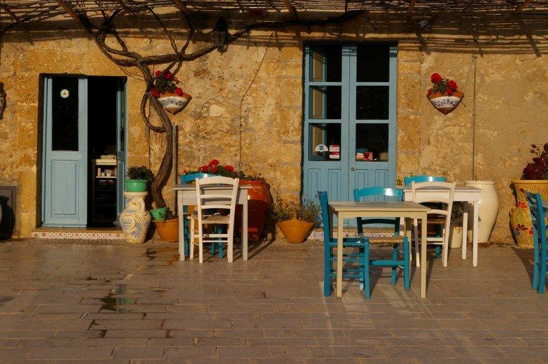 Marzamemi - locali turistici nella piazzetta